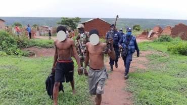 Uso e porte ilegal de arma de fogo resulta em detenção cidadãos no Lucapa